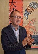 "<div class=""caption"">1965年フランス生まれ。日本美術史家、2018年4月から現職。びわ湖大津PR大使。著書に『大津絵 民衆的諷刺の世界』(角川ソフィア文庫)。昨年パリで開催の大津絵展を監修。</div>"