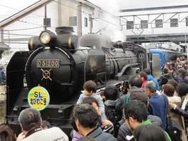 「D51」形を出迎える鉄道ファンら(滋賀県長浜市・JR木ノ本駅)