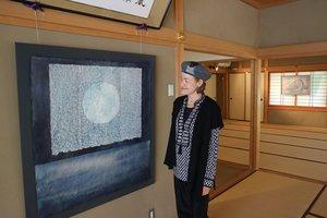 蓄光顔料を使うなど多彩な技法を取り入れて作られたサラ・ブレヤーさんの作品展(京都市東山区・光明院)