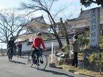 電動自転車の乗り心地を確かめる関係者。園部文化観光協会はサイクルツーリズムを本格展開していく(京都府南丹市園部町・園部城櫓門前)