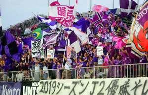 徳島戦で旗を振りかざしてサンガの選手を鼓舞するサポーターたち(8月31日、鳴門ポカリスエットスタジアム)