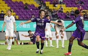 サンガ-栃木 後半31分、勝ち越しのゴールを決めて、両手を広げて喜ぶサンガの福岡(中央)。右はこの試合で2得点したウタカ=サンガスタジアム京セラ