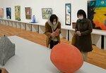 日展の会場でスマホを手に展示作品を撮影する入館者たち(京都市左京区・市京セラ美術館)