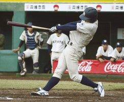 同大戦の8回、2ランを放つ京大の西=ほっともっと神戸