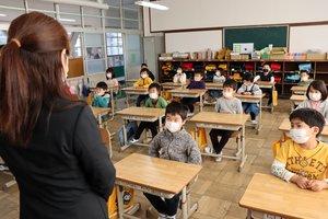 マスクを着用し、間隔を空けて並べた席で教員の話を聞く児童(大山崎町円明寺・第二大山崎小)