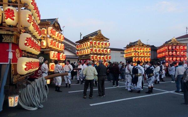 400年の節目を記念して、曳山5基が扇状に勢ぞろいした大溝祭宵宮(2019年5月、滋賀県高島市勝野)