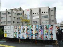 耐震不足が指摘されている近江八幡市役所。1年前の市長選から一転し、市議選では新庁舎の在り方を巡る議論は低調だ(同市桜宮町)