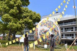 卵形のオブジェ前に掲げられた黄色いハンカチ(舞鶴市北吸・市役所前)