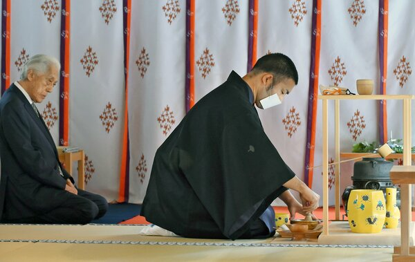献茶祭でお茶を点てる裏千家の伊住宗陽宗匠(右)=京都市北区・上賀茂神社 撮影・辰己直史