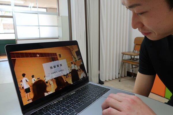 学校紹介の動画を見る北嵯峨高の教諭(京都市右京区・同高)