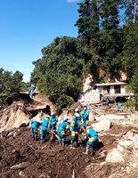 土砂崩れで家屋が倒壊した現場で行方不明者を捜索する滋賀県警の隊員(宮城県丸森町)=同県警提供