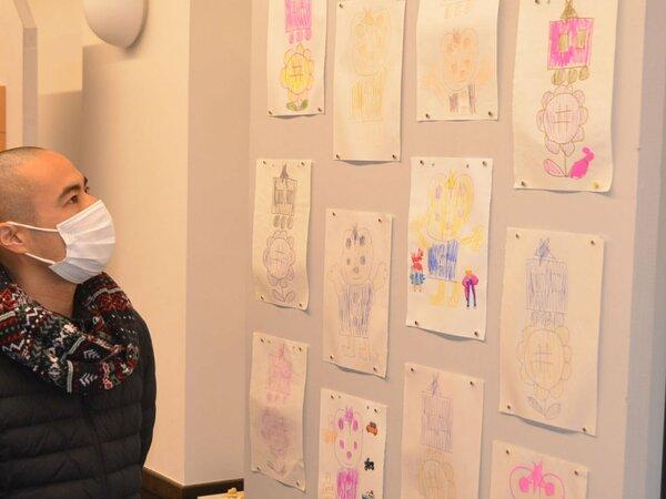 さまざまな思いがこもる作品が並ぶ丹波新生教会園部会堂の展覧会場(京都府南丹市園部町)