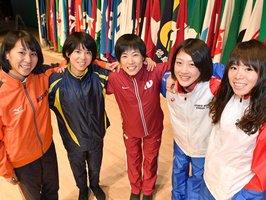 力走を誓う(右から)松田、前田、野上、鈴木、安藤=ロームシアター京都