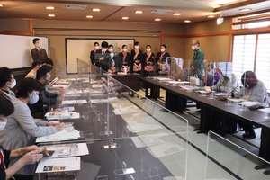パーティーションに仕切られた宴会場で、各旅館が新型コロナウイルス対応などを説明した会合(亀岡市本梅町・「京都・烟河」)