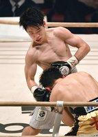 4月のタイトルマッチで久田(手前)を攻める寺地拳四朗=エディオンアリーナ大阪