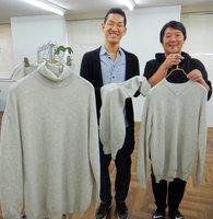 廃棄処分されるニット製品から、新たに作ったセーターやマフラーを手にする「shoichi」の山本さん(左)と同社デザイナーの出口雅一さん=大阪市中央区