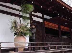 拝殿にいけばなを飾る外賀さん(宇治市宇治・宇治上神社)