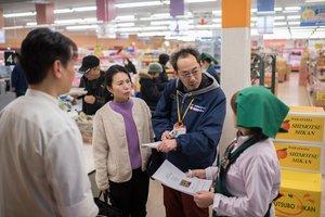 認知症の人への声掛けに協力を呼び掛ける松本恵生さん(右から2人目)=2月18日、京都市左京区・エーコープ京都中央岩倉店