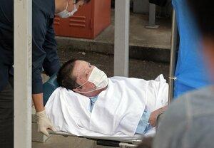 ストレッチャーに乗せられ伏見署に入る青葉容疑者(5月27日、京都市伏見区)