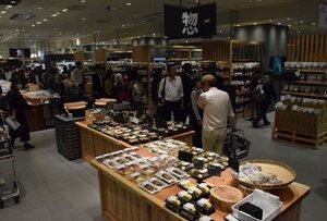 食料品の専門売り場を設けた無印良品を核テナントに、新装開店したラクト山科ショッピングセンター(京都市山科区)
