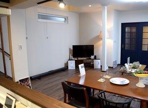 醍醐寺の家の内観。テレビ前に置いたAIスピーカーで、1階の家電などを制御できる