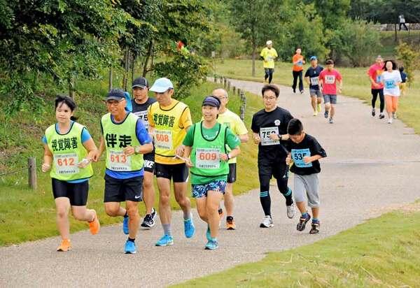 最終回となった「京都てんとう虫マラソン大会」を楽しむ参加者たち(京都府城陽市富野・府立木津川運動公園)