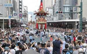 四条通を進む祇園祭の山鉾