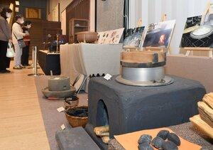 「くらしの道具展」で展示されている各種の道具(京都府向日市寺戸町・市文化資料館)