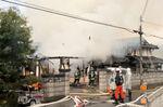 民家の消火活動に当たる消防隊員ら(10日午前8時28分、福知山市大内)
