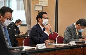 京都府のコロナ対策本部会議であいさつする西脇知事(1月12日、京都市上京区)