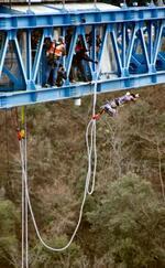 バンジージャンプに挑む新成人=11日午前、茨城県常陸太田市