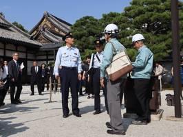 二の丸御殿近くにある防火設備を点検する二条城職員や消防署員たち(京都市中京区)