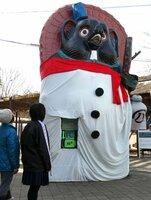 「スノーマン」に変身した巨大タヌキ像(滋賀県甲賀市信楽町・信楽高原鉄道信楽駅前)
