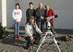 チリ・ラセレナの宿泊先近くで皆既日食を撮影する塩見さん(本人提供)