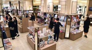 【資料写真】百貨店の売り場。衣料品などは苦戦している