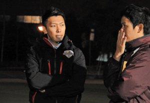 木下ヘッドコーチ(右)とチームのことを話し合う山口さん=宇治市広野町・立命館宇治高