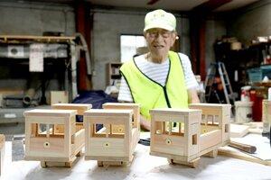 西浦さんが手作りした木製の列車。8月24日に勧修小児童に贈った(京都市山科区・西浦木工所)