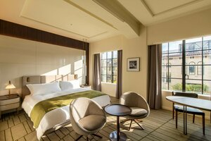 教室の窓枠などを生かした「ザ・ホテル青龍 京都清水」の客室(京都市東山区)