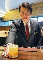 カクテル「ALIVIO」を差し出す浅野さん。バーテンダーの仕事について「お客さまが帰るときに心がふっと軽くなるような時間を提供したい」と話す(京都市中京区、ザ・リッツ・カールトン京都)