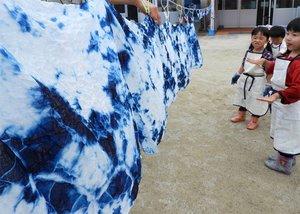 完成した藍染めのハンカチやお弁当包みを眺める子どもたち(京都府亀岡市保津町・保津保育所)