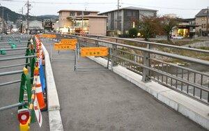 30日から通行可能になった「高野川北泉橋」の歩道部分(2020年10月28日撮影、京都市左京区)