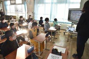 始業式で、教室に配信された校長の話を聞く児童ら(6日午前、京都市南区・唐橋小)