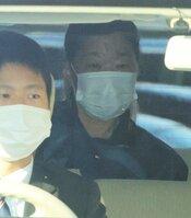 送検され大津署を出る小林久美子容疑者(27日午前8時50分、大津市)
