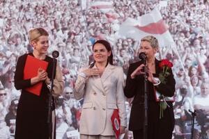 7月30日、ベラルーシの首都ミンスクで大統領選の選挙運動を行う(左から)ツェプカロ氏、チハノフスカヤ氏、コレスニコワ氏(タス=共同)
