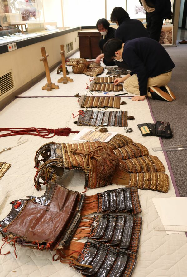 馬場さんらによる鎧の調査。室町期や桃山期の部材や様式をとどめる可能性が高まった(京都市上京区・市歴史資料館)