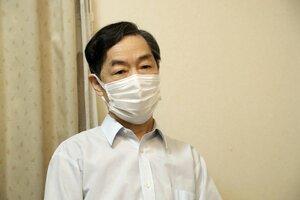 青葉容疑者逮捕の受け止めを語る津田伸一さん(5月27日午前、兵庫県加古川市)=代表撮影