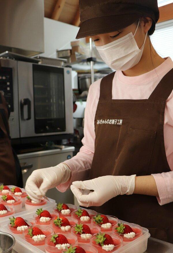 イチゴのムースにデコレーションを施す杉之原みずきさん(近江八幡市上田町・みいちゃんのお菓子工房)