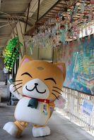 風鈴が設置されて喜ぶ笠置町のゆるキャラ「笠やん」(同町・JR笠置駅)