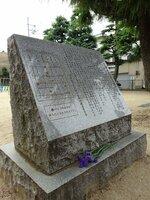 爆弾投下時刻に石碑に手向けられていた一輪の花(26日午前9時40分、京都市上京区・辰巳公園)