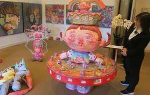 子どもたちをモデルにした楽しい作品がたくさん展示されている会場(京都市右京区京北・あうる京北)